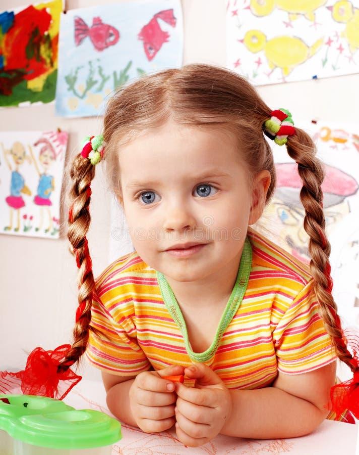 Criança com tração do giz no playroom. imagens de stock