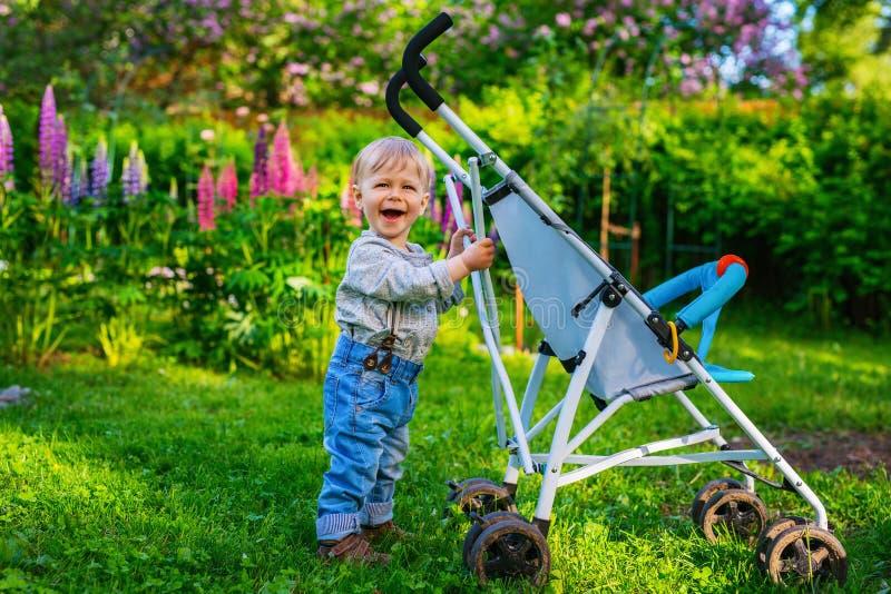 Criança com transporte foto de stock royalty free