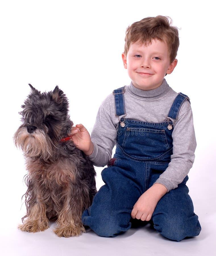 A criança com um cão fotos de stock royalty free