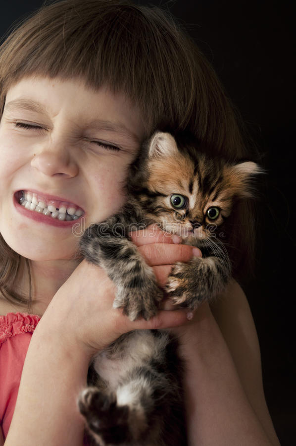 Criança com um gatinho fotografia de stock