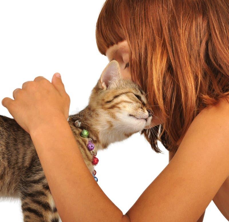 Criança com um gato fotos de stock royalty free