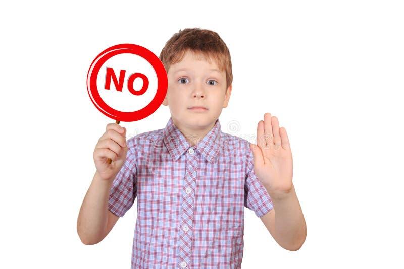 Criança com um sinal que proibe o fumo, o conceito de fotos de stock