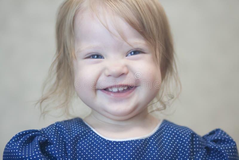 criança com um sorriso doce fotografia de stock