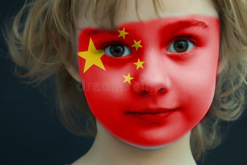 Criança com uma bandeira pintada de China fotos de stock royalty free