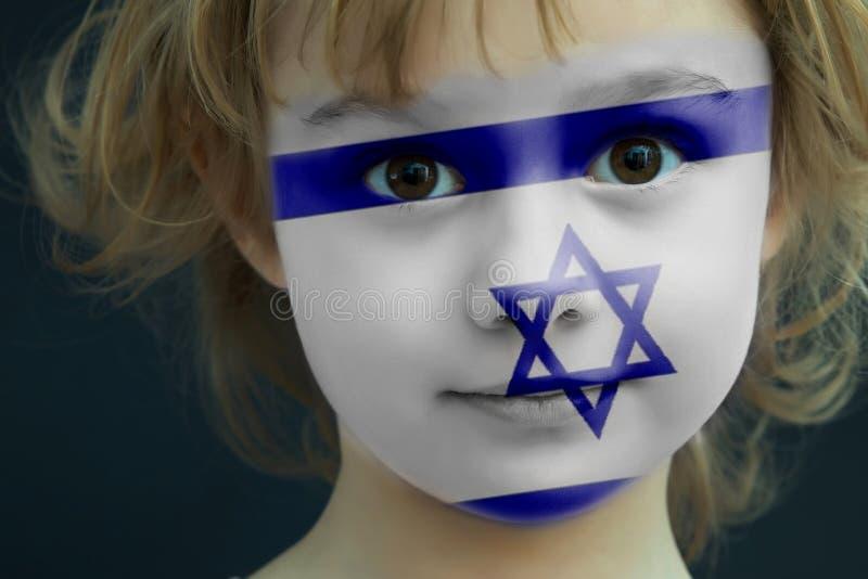 Criança com uma bandeira pintada de Israel fotos de stock