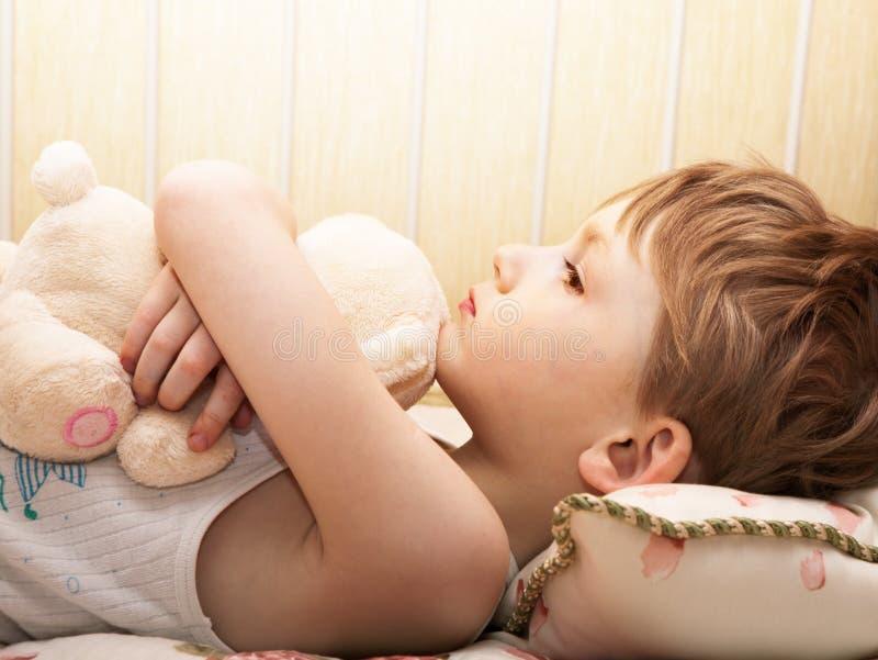 Criança com uma peluche fotografia de stock royalty free