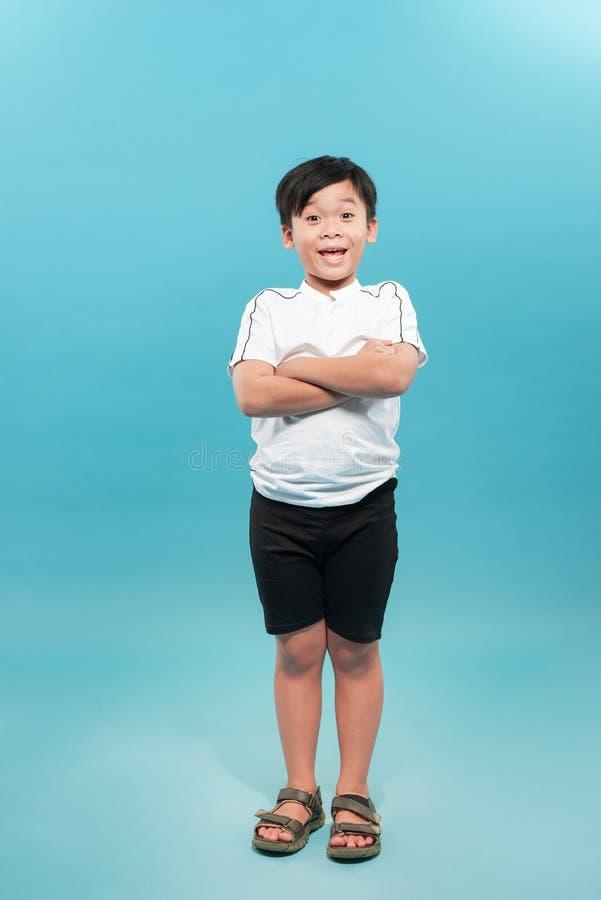 Criança confiável de 9 anos com braços cruzados isolada em um fundo branco fotos de stock