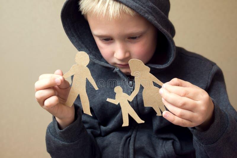 Criança confusa com a família de papel quebrada fotos de stock
