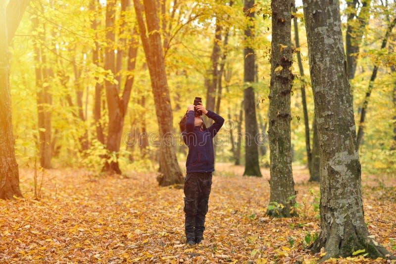 Criança criativa, fotógrafo da criança um rapaz pequeno com uma câmera Ta imagens de stock royalty free