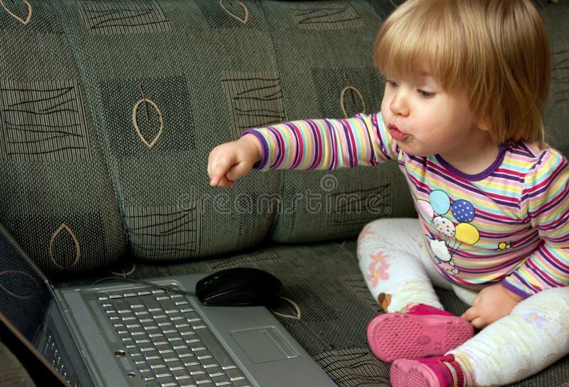 Criança curiosa com computador imagens de stock royalty free