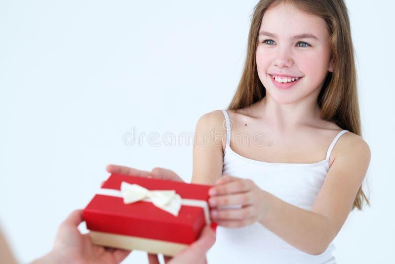 Criança da caixa de presente do presente da mãe do cuidado do amor da família imagens de stock