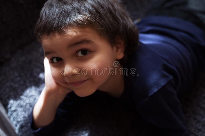 Criança da cara do retrato da criança do rapaz pequeno fotografia de stock