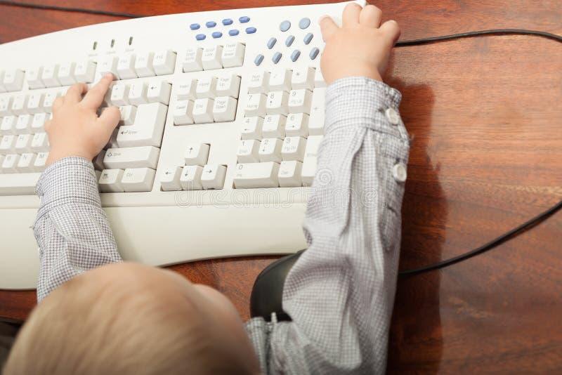 Criança da criança do rapaz pequeno que joga no computador foto de stock royalty free
