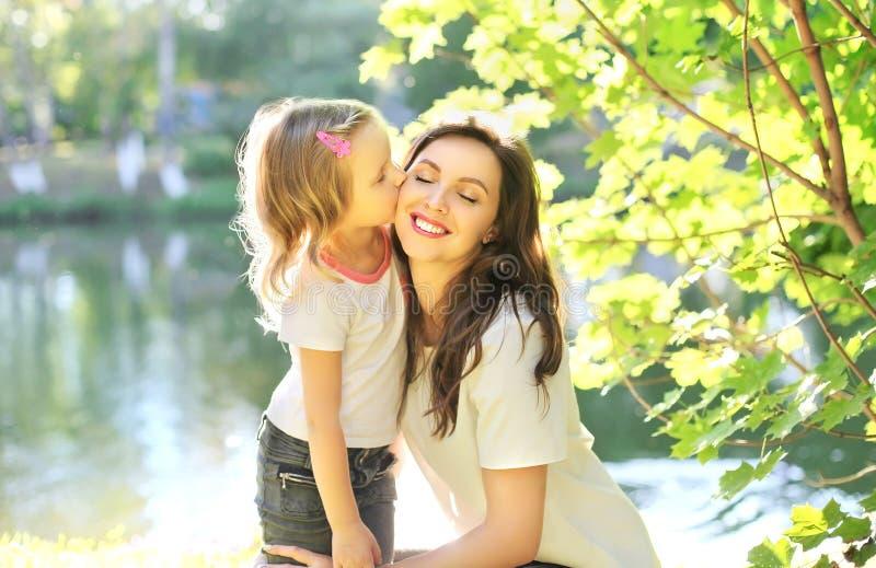 Download Criança Da Filha Que Beija A Mãe Feliz No Verão Imagem de Stock - Imagem de bonito, filha: 65576015