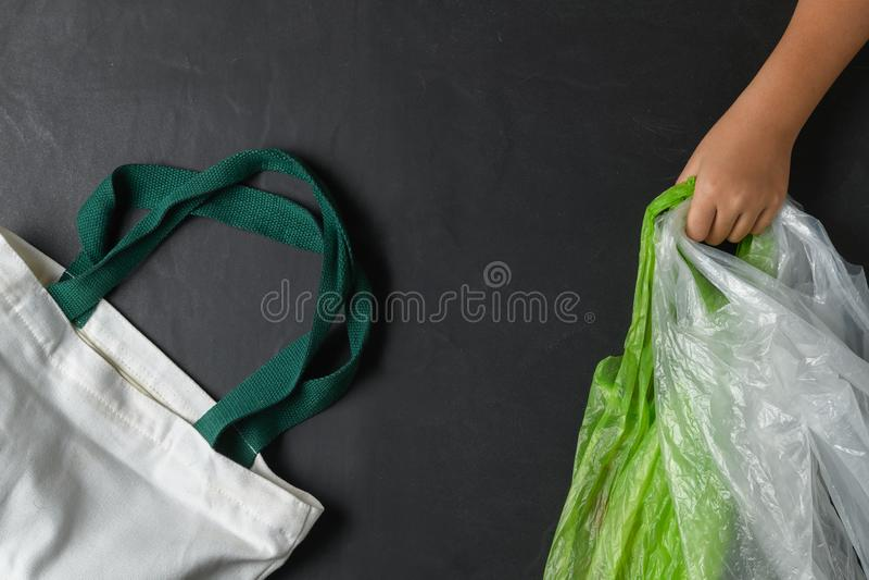 Criança da mão que guarda sacos de plástico imagem de stock royalty free