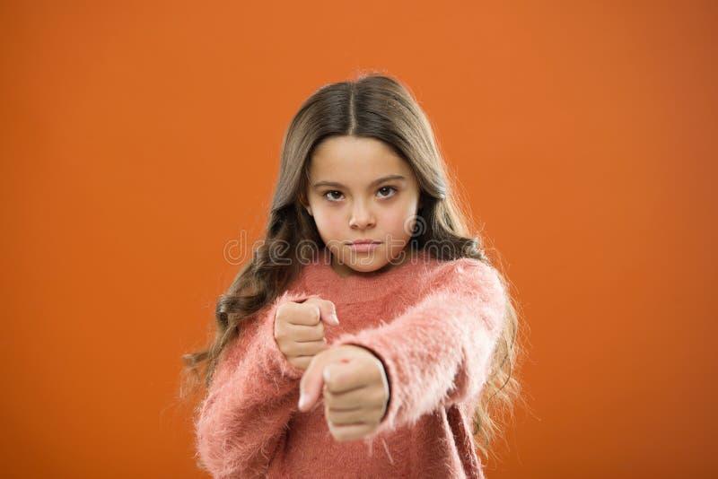 Criança da menina bonito mas forte Autodefesa para crianças Defenda a inocência Como ensine crianças se defender mulher em uma pi imagem de stock royalty free