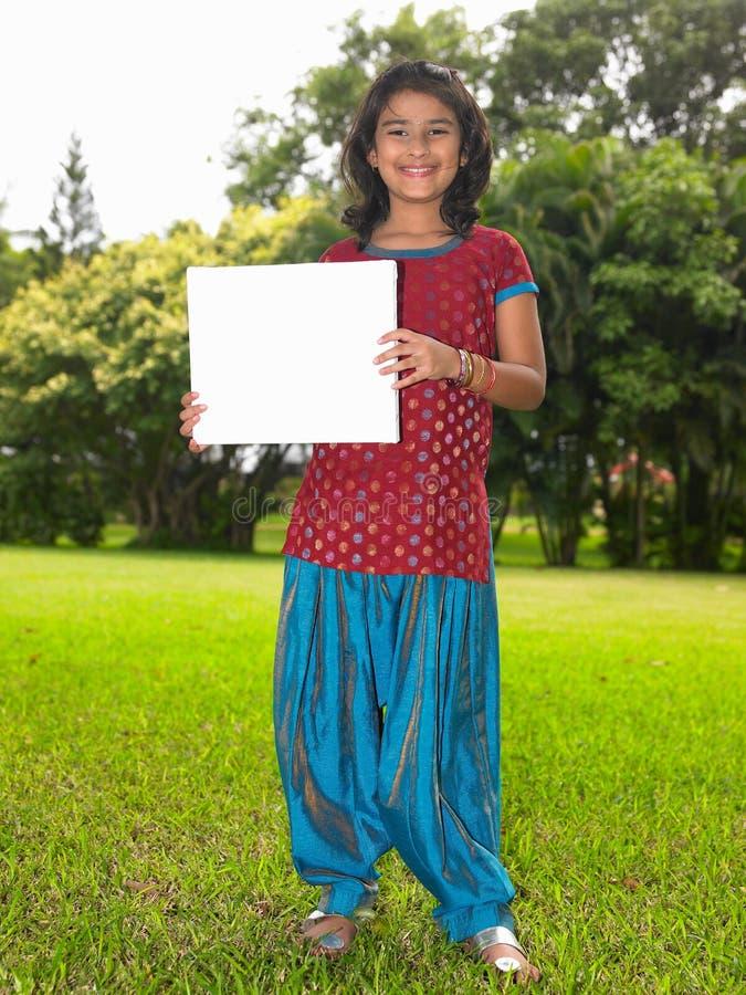 Criança da menina com cartaz em branco fotos de stock royalty free