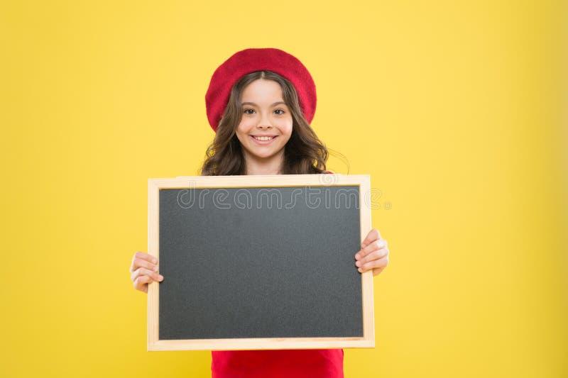 Criança da menina com encosto, espaço da cópia placa para a propaganda do anúncio De volta ? escola vendas da compra da escola foto de stock royalty free