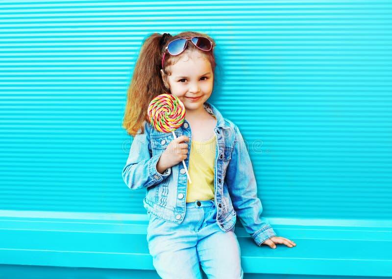 Criança da menina da forma com o pirulito doce do caramelo fotos de stock