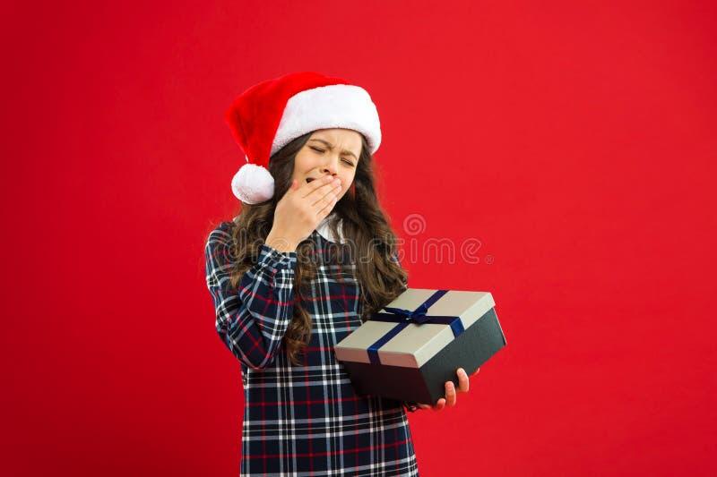 Criança da menina no chapéu vermelho de Santa Compra do Natal, idéia para seu projeto Partido do ano novo Criança de Santa Claus  fotografia de stock royalty free