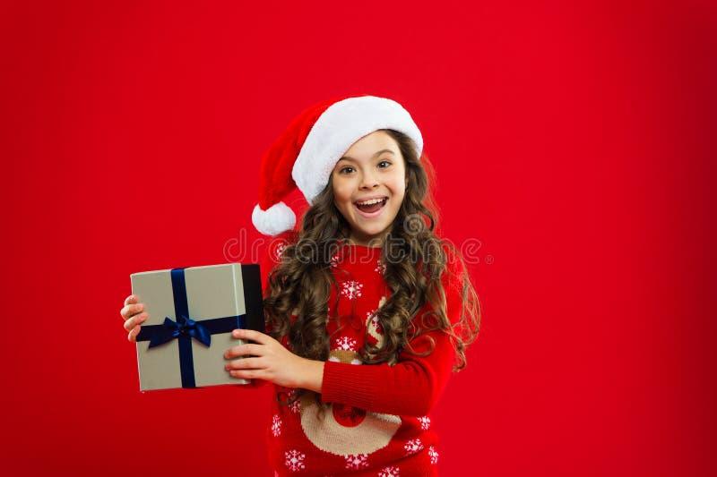 Criança da menina no chapéu vermelho de Santa Partido do ano novo Criança de Santa Claus Compra do Natal, idéia para seu projeto  imagens de stock