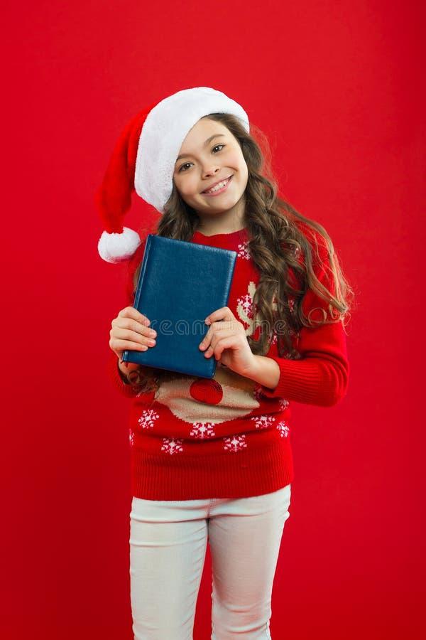 Criança da menina no chapéu vermelho de Santa Partido do ano novo Criança de Santa Claus Compra do Natal, idéia para seu projeto  imagem de stock