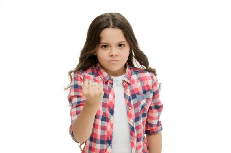 Criança da menina que ameaça com o punho isolado no branco Têmpera da personalidade forte Ameace com o ataque físico Miúdos fotos de stock