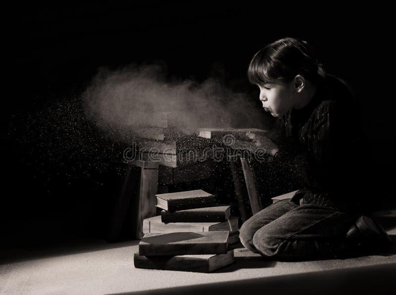 Criança da menina que descobre livros escondidos no sótão imagens de stock