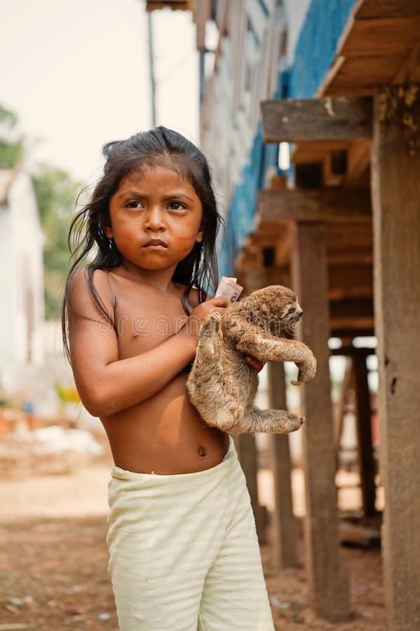 Criança da menina que vende a preguiça na vila fotos de stock