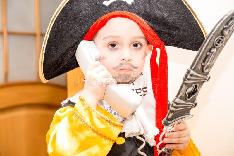Criança da menina vestida como o pirata para Dia das Bruxas fotografia de stock