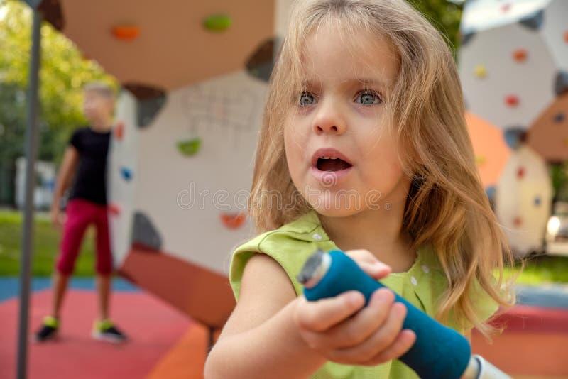Criança da menina da virada que grita no parque Parenting, psicologia de criança imagem de stock royalty free