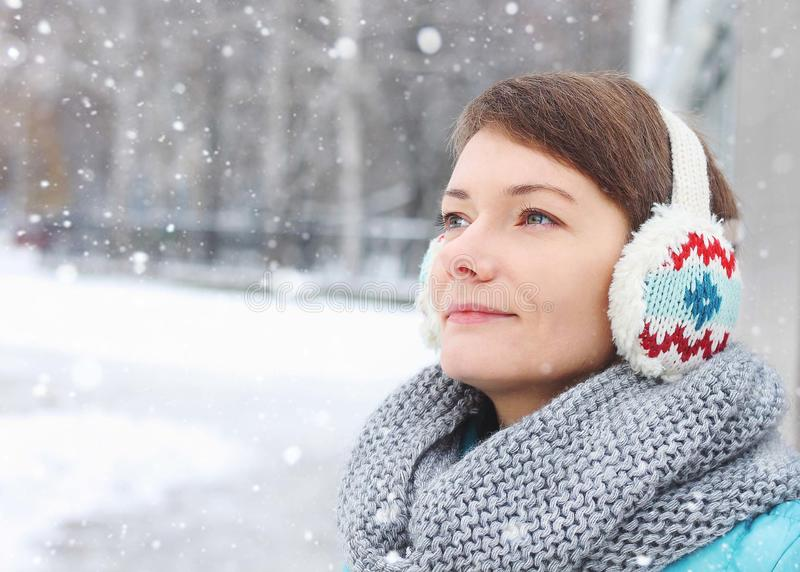 Criança da mulher fora da neve do gelo do inverno do parque foto de stock royalty free