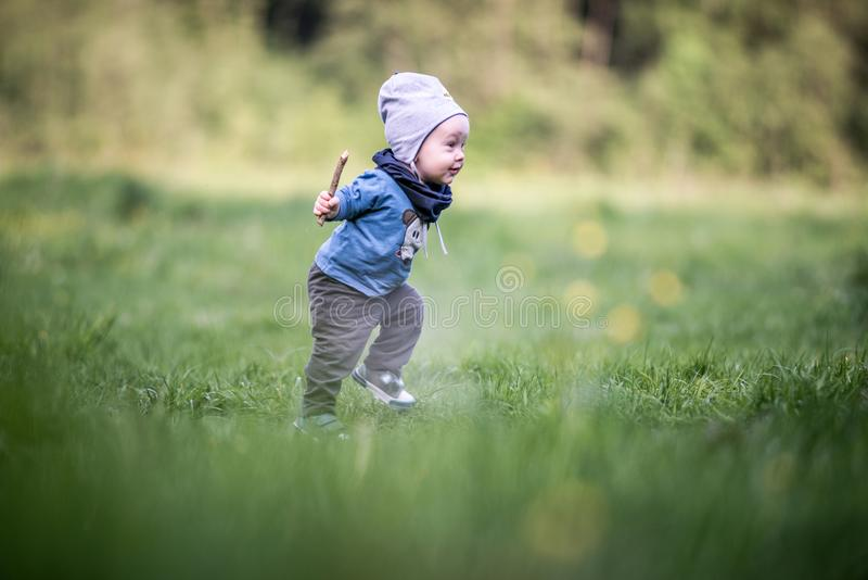Criança da criança no parque que tem o corredor do divertimento fotos de stock royalty free