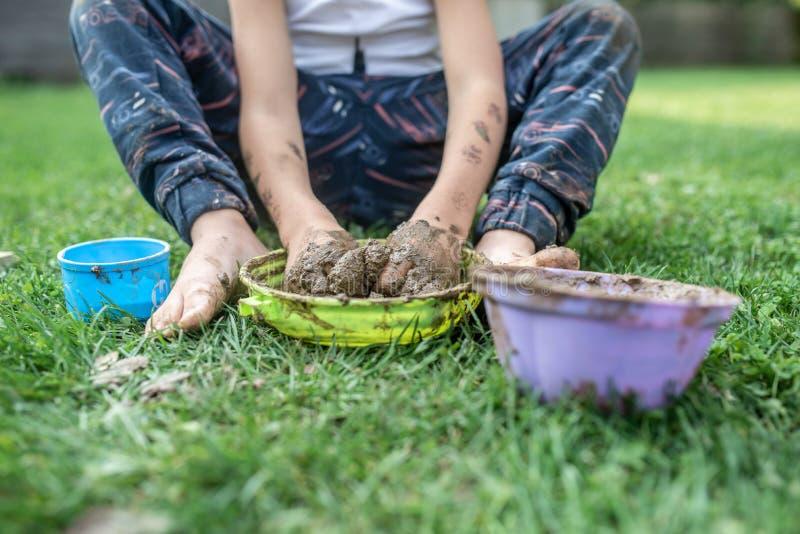Criança da criança que joga com lama imagem de stock royalty free