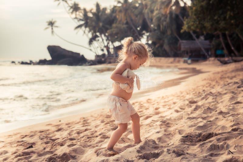 Criança da criança que joga na praia durante o estilo de vida feliz do curso da infância do conceito das férias de verão imagem de stock royalty free