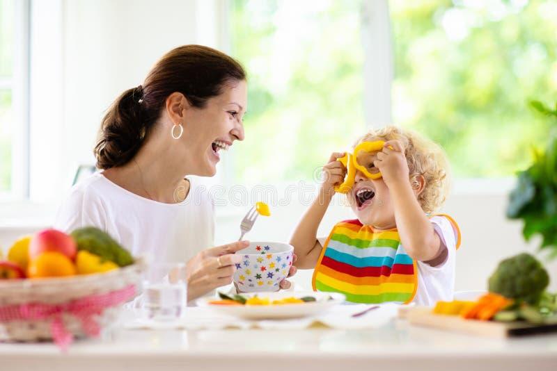 Criança de alimentação da matriz A mamã alimenta vegetais da criança foto de stock royalty free