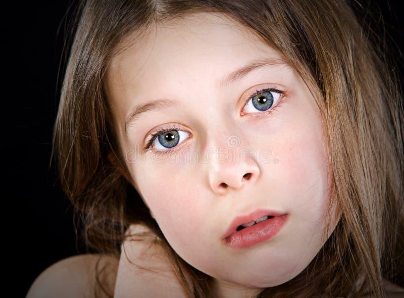 Criança de cabelo bonito de Brown que olha na câmera fotografia de stock royalty free
