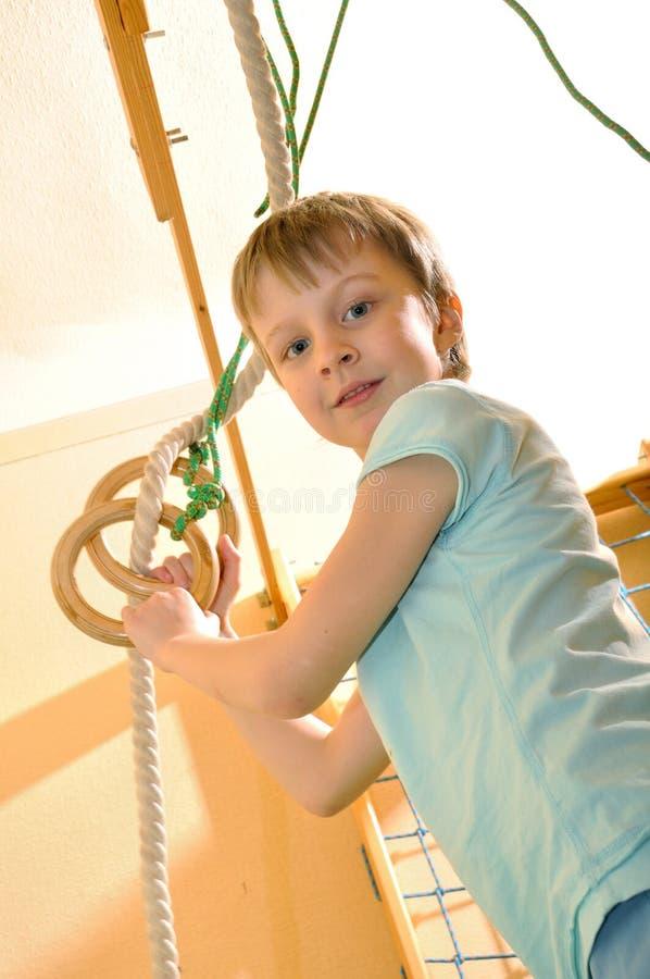 Criança de Cportive que joga na ginástica fotografia de stock
