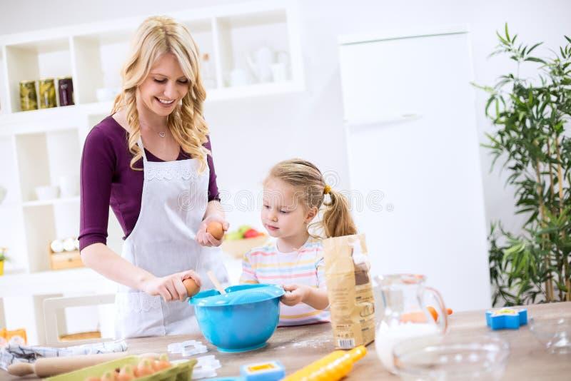 Criança de ensino da mãe como fazer a massa imagens de stock royalty free