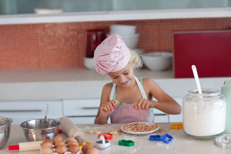 Criança de ensino da matriz como cozinhar fotografia de stock royalty free