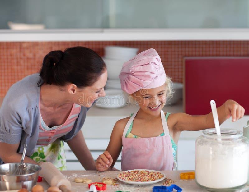 Criança de ensino da matriz como cozinhar fotos de stock royalty free
