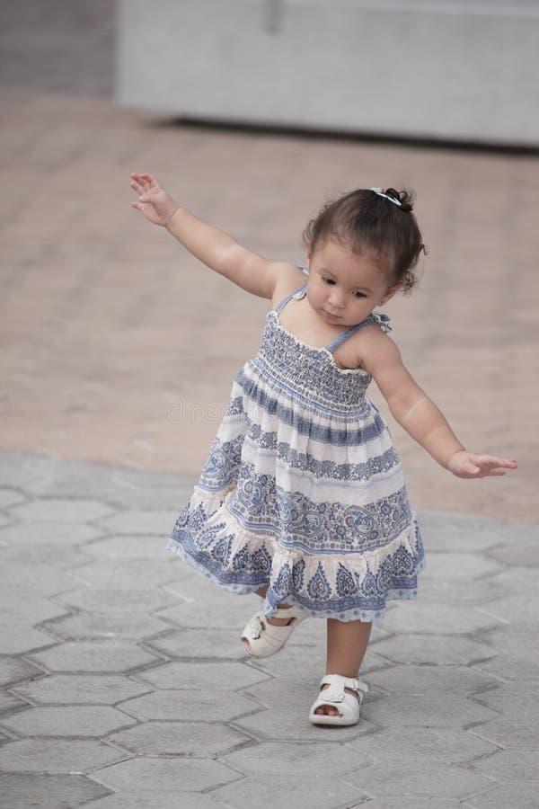 Criança de equilíbrio fotografia de stock royalty free