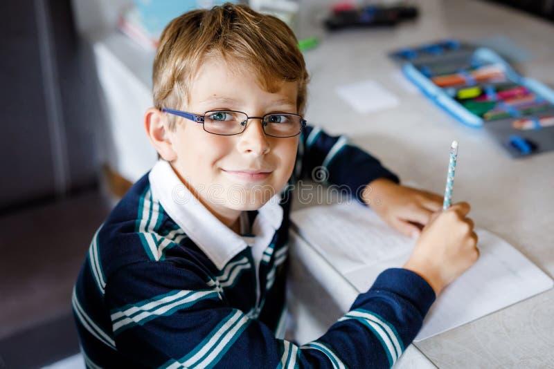 Criança de escola feliz, trabalhando duro, fazendo lição de casa durante o período de quarentena da doença pandêmica de corona Cr foto de stock royalty free