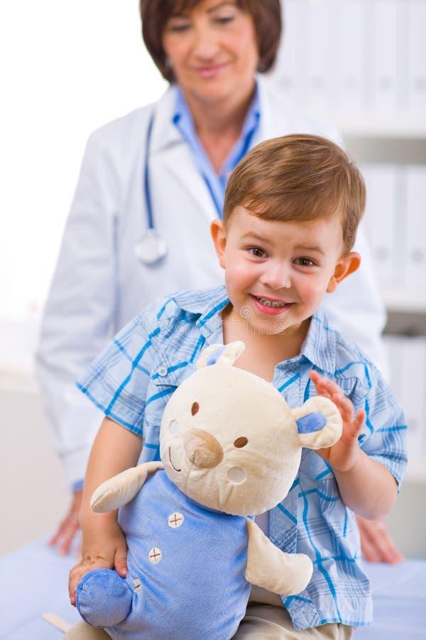 Criança de exame do doutor fotos de stock royalty free