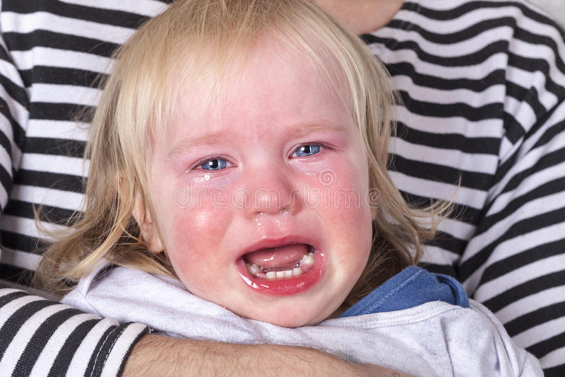 Criança de grito com os rasgos na cara fotografia de stock royalty free