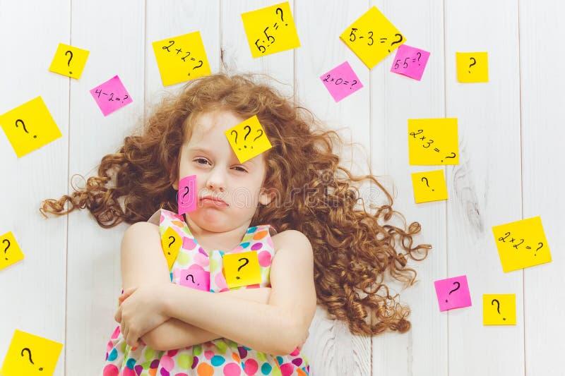 Criança de grito com símbolo da pergunta com etiquetas em sua cabeça e imagens de stock