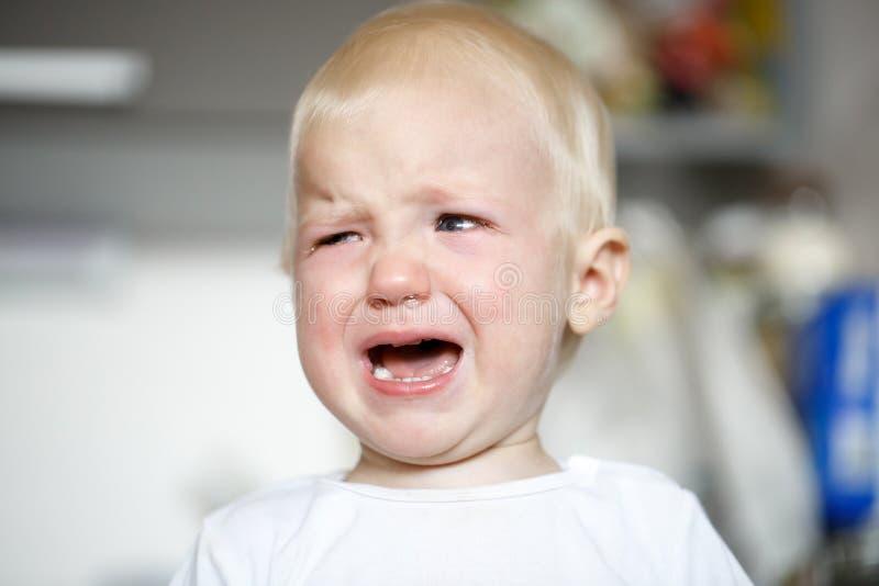 Criança de grito pequena e doente na dor imagens de stock royalty free