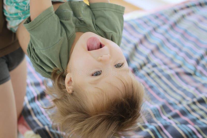 Criança de jogo feliz com o paizinho que está de cabeça para baixo foto de stock royalty free