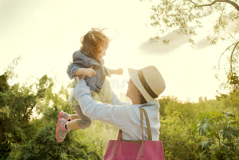 Criança de levantamento da mulher acima fotografia de stock