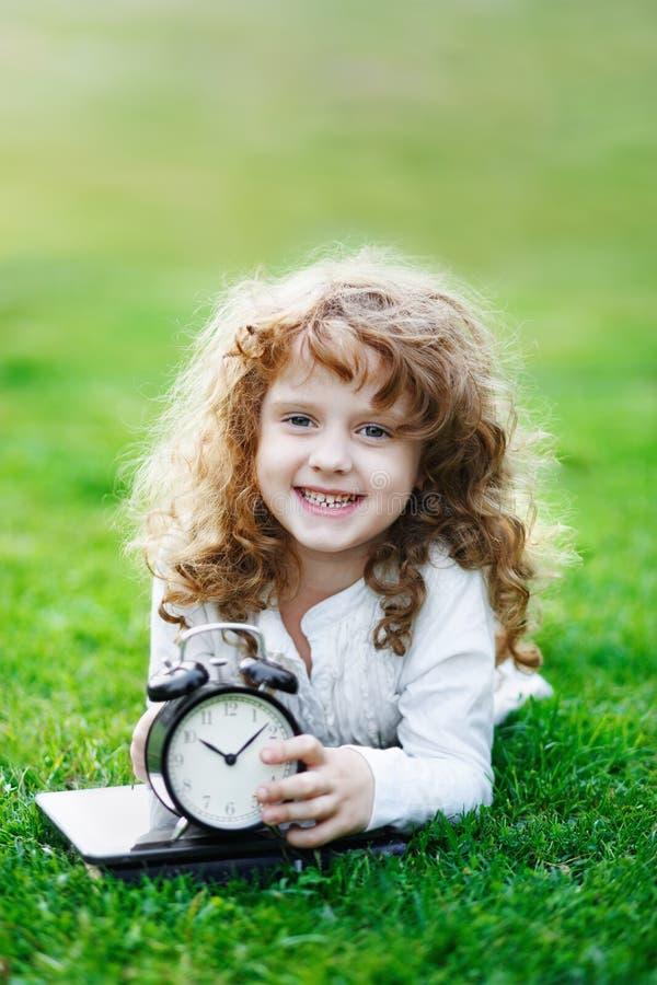 Criança de riso com o quadro-negro da escola que mostra Teet branco saudável foto de stock